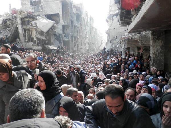 صورة مؤلمة لتوزيع المساعدات الغذائية في مخيم اليرموك بدمشق. #سوريا http://t.co/Kt7SLxmuiv