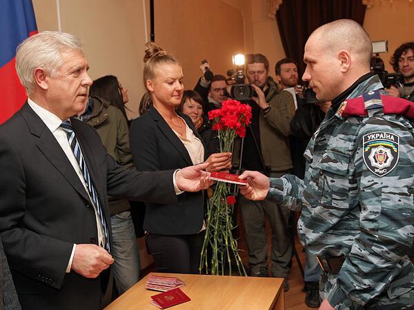 Схема обретения Родины Чтобы получить паспорт РФ, нужно знать русский язык и иметь родственников в России.  Общество.
