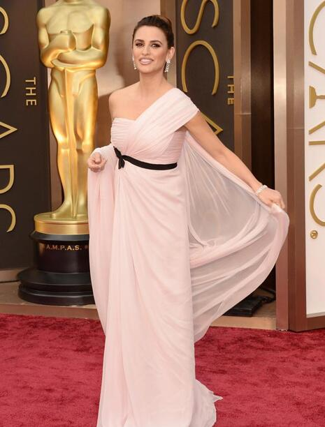 RT @yo_dona: Penélope Cruz ha sido una de las pocas en optar por un escote que no fuera palabra de honor. #Oscars2014 http://t.co/UanvWT06tC