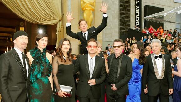 So, everyone has seen #BenedictCumberbatch executing the best photobomb of the #Oscars on U2, right? http://t.co/LMEl3vvnhN
