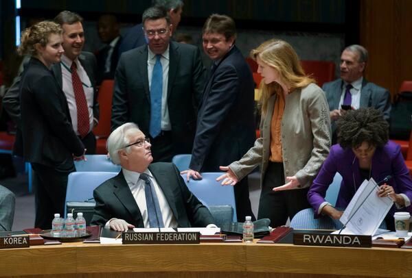 Российско-американские отношения в одном снимке: Виталий Чуркин (РФ) и Саманта Пауэр (США) в Совбезе ООН. Фото - AP. http://t.co/C1nzvB2JN6