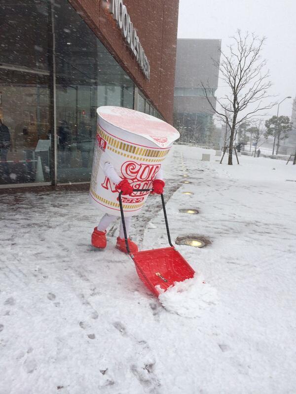 マジかw RT @iyashi_warai: 大雪で空いてるだろうからとカップヌードルミュージアムへ行ったらカップヌードルが雪かきしてたwすっごいシュール https://t.co/qgN1DRUO2C