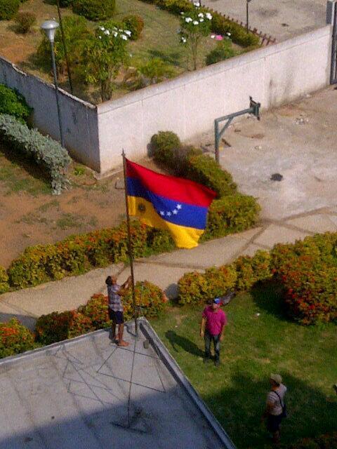 Bandera izada al revés en Urb. Palaima, Maracaibo (vía @MARISRAFMY): http://t.co/wf2FZm3C2Q