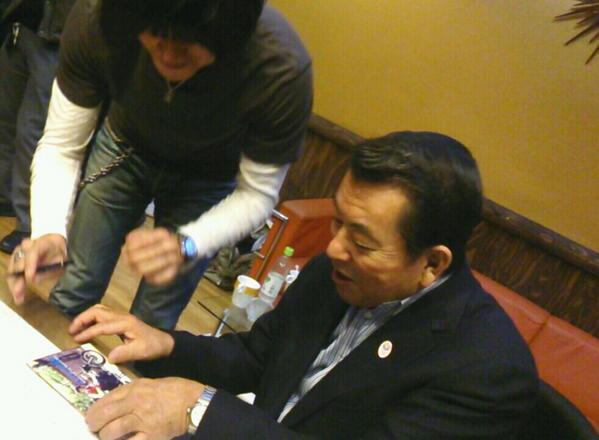 """こんなテンパったサイン始めて\(//∇//)\ RT @isaotakano: 歴史的瞬間! """"若旦那"""" が """"若大将"""" にサイン!!! http://t.co/sl6iSgTAbL"""