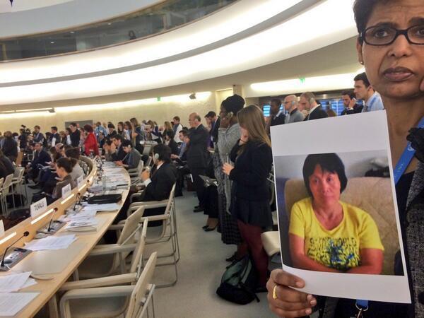 联合国人权理事会 #普遍定期审议 会上 #中国 试图阻挠为 #曹顺利 默哀失败。各人权组织高举曹顺利照片作闪电抗议 @UN_HRC #China #UPR 人权观察对审议结果声明:http://t.co/d6T4uWdn5S http://t.co/8AWj0259xI