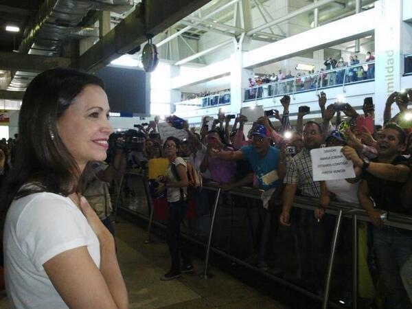 #107Noticias Así acaban de recibir a @MariaCorinaYA Machado en el aeropuerto al regresar a #Venezuela. @1075amor http://t.co/G6VxWZTB6x