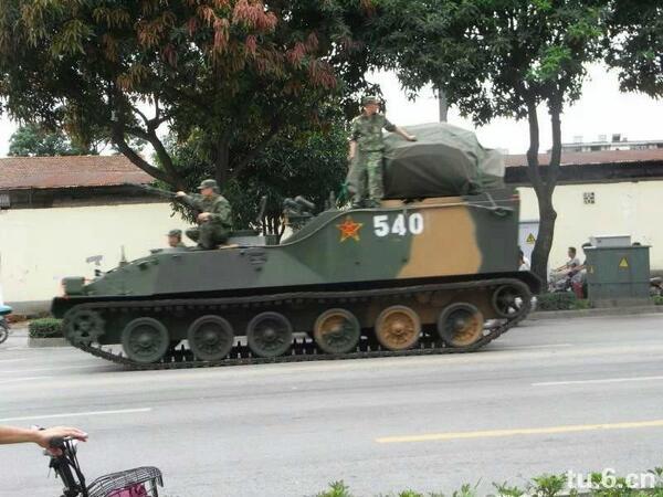 茂名反PX升級 當局調6大巴特警 野戰車坦克上街  http://t.co/HBNjc431Bo 當局還從從化市調來6大巴特警,野戰車、坦克也開上街。31日下午茂名市政府又從周邊地區調動了的多輛野戰卡車的兵力,連坦克也開來了。 http://t.co/A4Pj8sN1cj