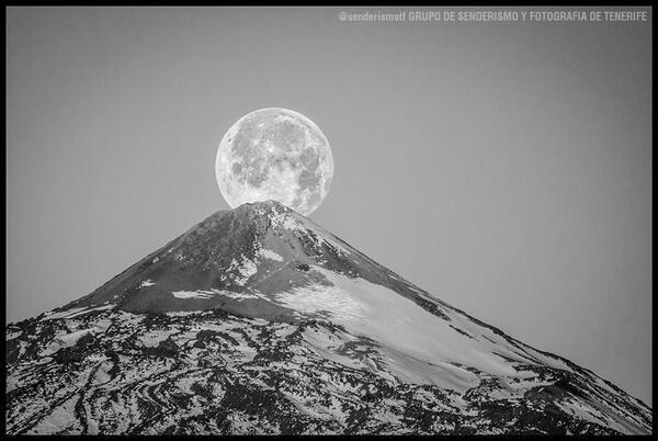 Qué arte! RT @senderismotf: La luna sobre el Teide @7IslasCanarias @pnteide @Tenerife_Ocio @EmocionesCan @canarias_es http://t.co/QKyDDY32F6