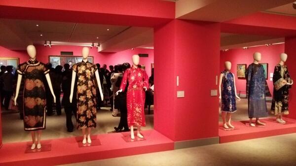 """ブリヂストン美術館テーマ展示「描かれたチャイナドレス―藤島武二から梅原龍三郎まで」は4/26(土)~7/21(月)まで。会期中はチャイナドレスや中国服で来館すると団体料金で入れる""""チャイナドレス割引""""を実施するそうです(*´∀`)♪ http://t.co/M09wnGTzJ6"""
