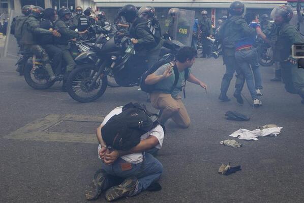 #LaFoto de @mrggpic Una imagen que muestra la desproporcionada represión #14M http://t.co/nma0W8kqWK