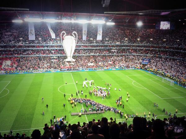 RT @bghayward: Madrid celebrate on the pitch... http://t.co/pjw5MSRjcw