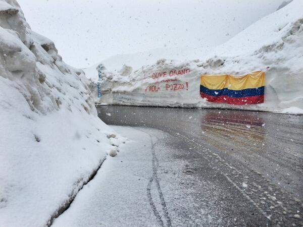 Snow is falling and has been falling for the past 30min on top of the Stelvio. #giro http://t.co/2pGbXA9O9C