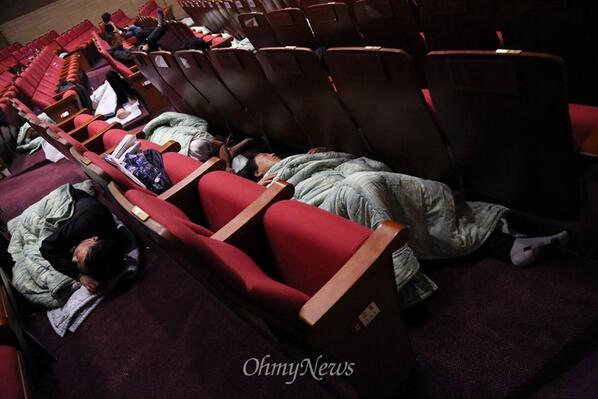세월호참사 유가족들이 국회 대회의실 바닥에서 주무셨군요. ㅠㅠ  http://t.co/6DHkNujH7q http://t.co/F9z9S4dw81 http://t.co/2Yiv7ivGiW http://t.co/UXLpMMfH94