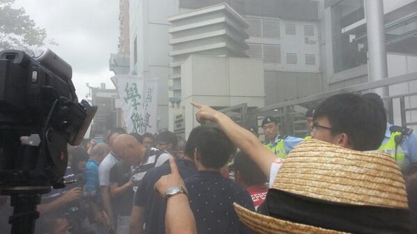 現場抗議人士焚燒白皮書 警方釋放不明白色噴霧! http://t.co/POyTIv6mBB