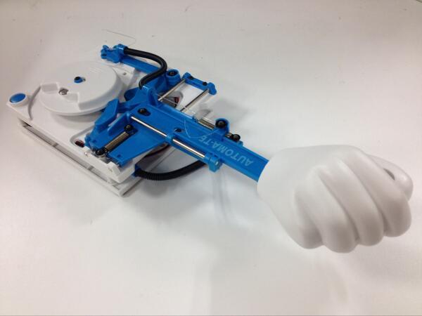 大変長らくお待たせいたしました。 大人の科学マガジン 次号予告ページを更新いたしました。次号ふろくは、明和電機さんと初コラボ!「自動手書きマシン オートマ・テ」です。よろしくお願いします! http://t.co/s3OXbdHjFj http://t.co/UDYbbGVWCn