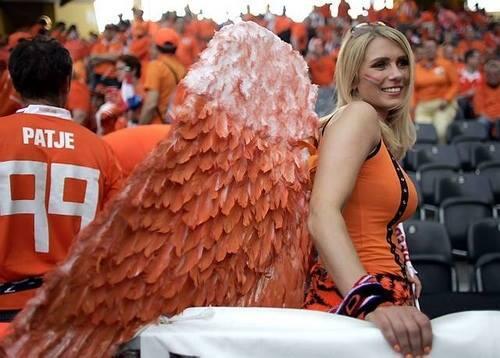 オランダ・サポーターの女性が、かなり手の込んだ「翼」を背につけての応援です。 http://t.co/FMCvqWJBYd http://t.co/vMF9DrGPz4 #twitr