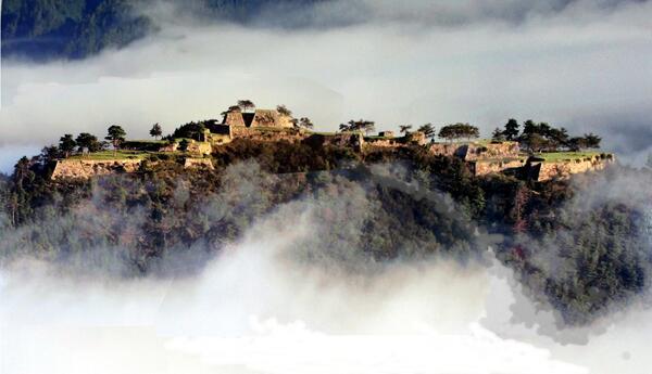 """「兵庫県」竹田城またの名を""""天空の城""""と呼ばれる。ジブリが好きな方はご存知かな?ここは""""天空の城ラピュタ""""のモチーフにな"""