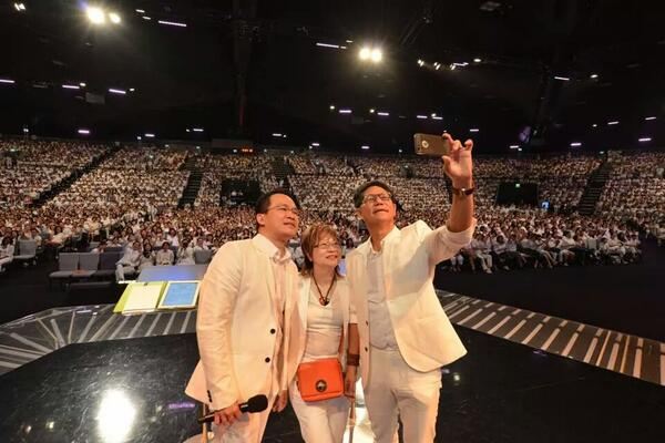 """""""Taking a #selfie with more than 6000 members in just one service, all #wearwhite to defend marriage."""" @LawrenceKhong http://t.co/Byor2gu4FW"""