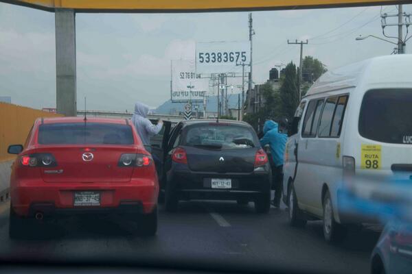Estos sujetos acaban de asaltar 1 vehiculo, cerrando paso aut México Puebla cariles reparacion en chalco http://t.co/8DuHy2u3VL, vía @jabed1