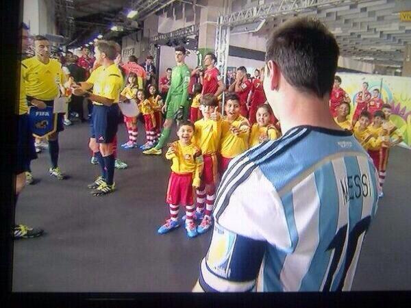 La emoción de ver a Messi. (vía @telefenoticias) http://t.co/IWk7lfJVBy