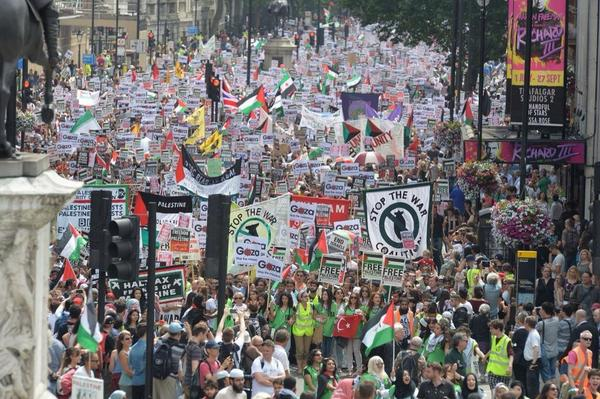 """#c4news This London #Gaza protest pic greeted by joyous disbelief here. """"It'll embarrass Arab countries"""" one man said http://t.co/S3sSjzr1Bu"""