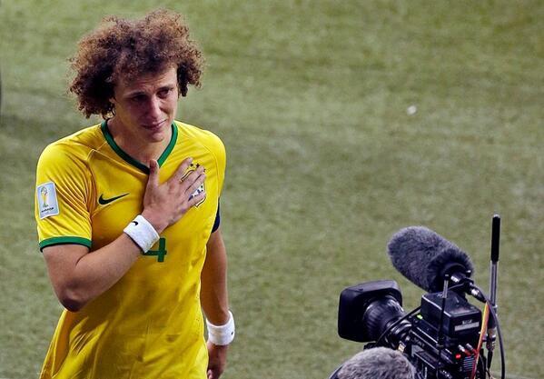 Eu só queria dar alegria pro meu povo que sofre tanto por tanta coisa, queria pedir desculpa. — David Luiz http://t.co/8zqH6lzObl