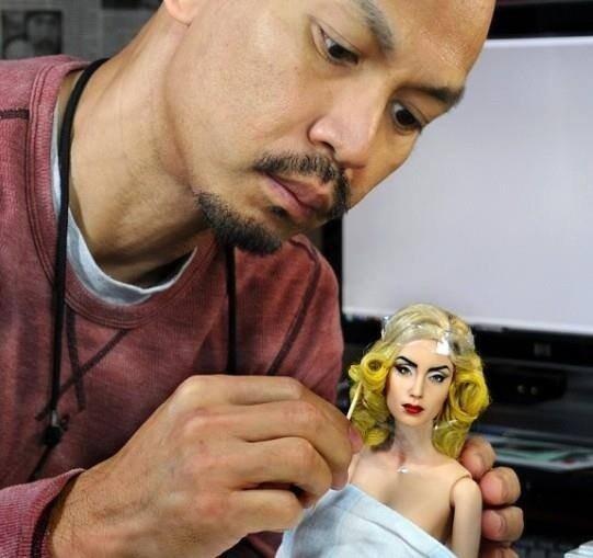ศิลปินชาวฟิลิปปินส์ Noel Cruz เอาตุ๊กตาบาร์บี้แบบเดิม ๆ มาแต่งหน้าใหม่ให้เป็นตุ๊กตาคนดัง สร้างอาชีพใหม่ รายได้ดี http://t.co/nuwudDldUj