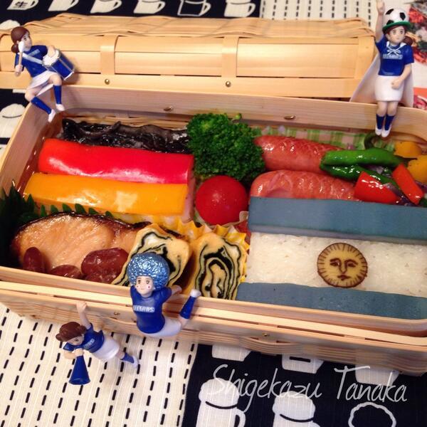 おはようございます。7月14日、雨の大阪です。ワールドカップ決勝戦ドイツVSアルゼンチン後半始まっています。親父弁当は、ワールドカップ参加国国旗の鮭弁当。今日も明るく元気にいきましょう! #おはよう #お弁当 #親父弁当 #フチ子 http://t.co/K7pXZrkZ3Y