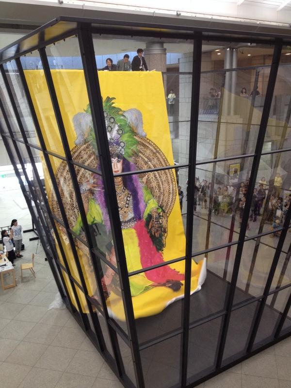 ヨコトリ内覧会。マイケル ランディ作品「アートビン」に自作を投棄した森村さん。 http://t.co/BptbpyBr2C