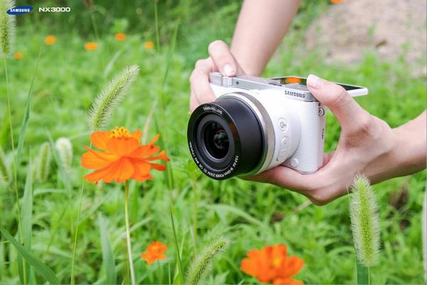 Tip: use your flip-up display as an incredibly roomy and handy viewfinder #NX3000 #SimpleAsThat http://t.co/MDIFFW3lG7