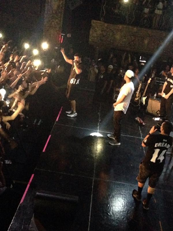 Drake makes surprise appearance onstage with J Cole http://t.co/GCB6w96pL5