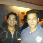 New pic of @BeingSalmanKhan with a fan @tusharmohnot #KICKDAY http://t.co/4RnafC6F8P