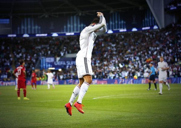 Bu3VaS CAAAZ3TI Real Madrids Cristiano Ronaldo presented with MOTM award by Sir Alex Ferguson [Video]