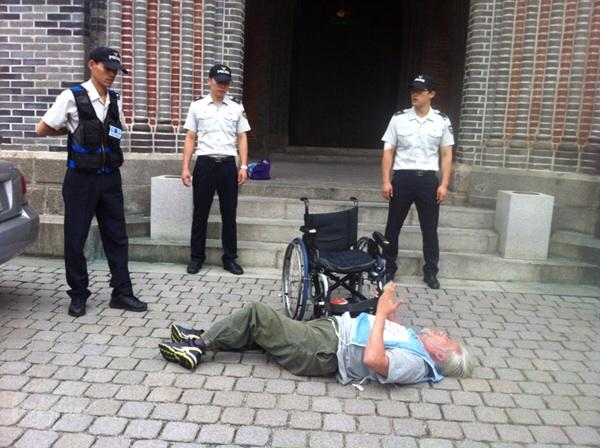 어째서 경찰이 명동성당 안까지 들어와서 의견을 전달하려는 사람을 막을 수 있단 말입니까?! #프란치스코 교황님! 대규모 장애인수용시설 꽃동네 가서 장애인들 만나지 마시고 지역사회에 차별받는 장애인들 만나주세요! http://t.co/S5idZfqkyh