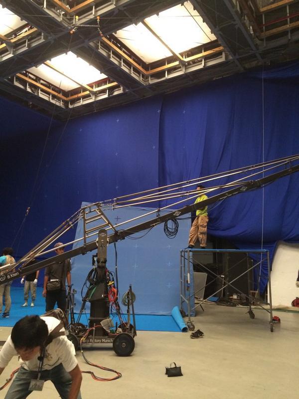 「進撃の巨人」実写映画の現場に来ました。諫山さんも一緒です。 pic.twitter.com/G4kp4QhPet