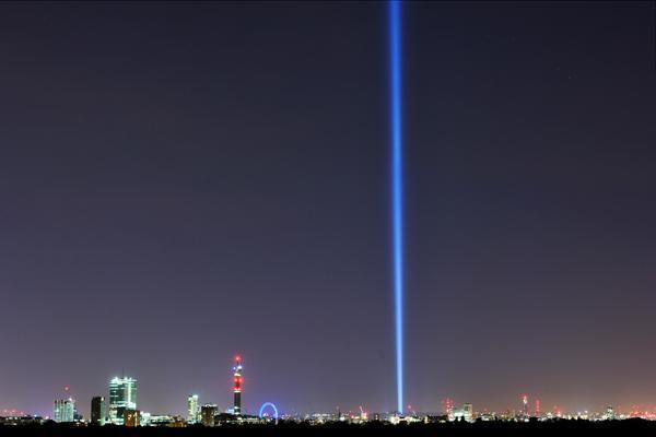 【再ツイート】池田亮司さんの「spectra」ロンドンの国会議事堂の横から登場。高さ15キロメートル。今日から1週間夜空を照らす。@Artangel http://t.co/kncaNamlQf  #spectalondon
