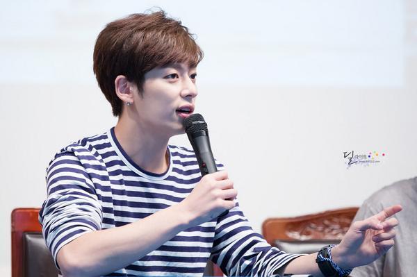 """Boyfriend_heree: 140824 Donghyun at Cheongryangri Fansign (3) (cr: BF_VANILLA) http://t.co/95gkgz7ZQc"""