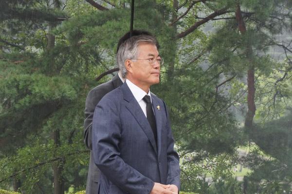 [문재인/젠틀재인] 8월17일 오전 11시30분, 문재인 의원님이 홀로 동작동 국립묘지에 있는 김대중 대통령님 묘역을 참배했습니다. http://t.co/zwhjc6rhqS