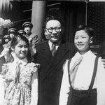 Ю.Цэдэнбал даргатай зогсож буй хүүхэд харамсалтай нь Си Зиньпин биш. зураг 1952 он. Си Зиньпин 1953 онд төрсөн. http://t.co/XzcQZMGffe