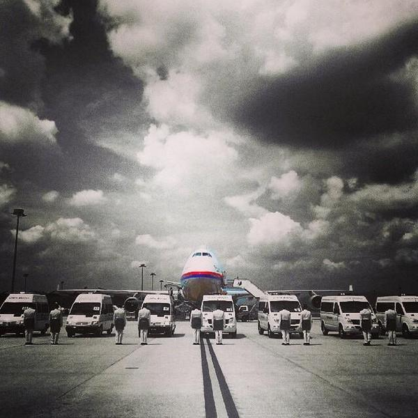 Of all the photos, this hit me the most and gave me watery eyes. Credits to the photographer. #MH17 Welcome home. http://t.co/X2GAnHPMF3
