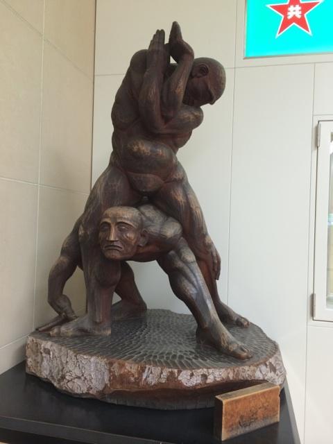 岐阜羽島駅にあるこの像なんだろう http://t.co/rIAYEjKnB3