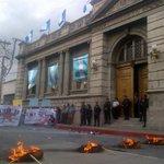 POLÍTICA: Manifestantes queman varias llantas frente al Congreso. Exigen derogar Ley de Vegetales. @Telediariogt http://t.co/dfvncuABEd