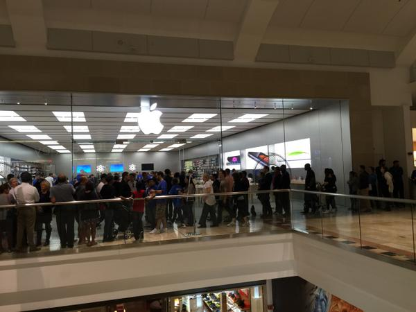 ppl still waiting at garden state plaza mall in nj but apple store running out - Apple Store Garden State Plaza