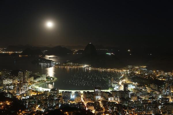 A espetacular lua cheia desta noite clicada por Marcelo Carnaval do Mirante Dona Marta, no Rio. http://t.co/gyzKrbbbvc