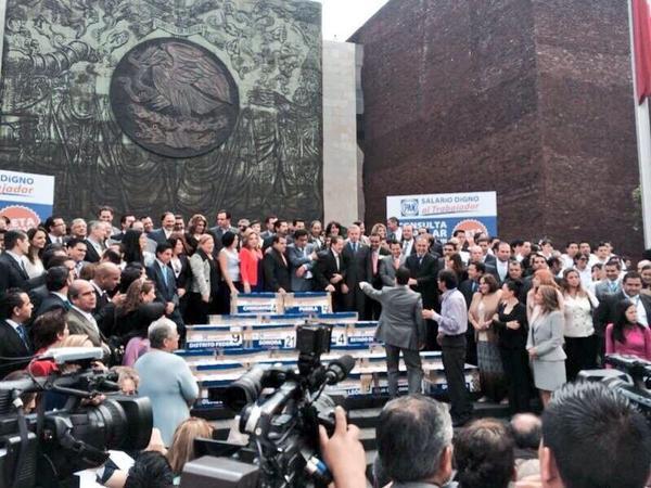 Aquí los cientos de cajas q reúnen más de dos millones de firmas de ciudadanos Consulta Popular para un #SalarioDigno http://t.co/8jqYORsYFv