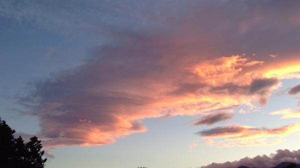 今日の夕方に現れた雲。この位置、この形。過去3回見たときは…近日中に地震がありました。今回も気になります。個人的に注意します。 http://t.co/YRVxXywSFP