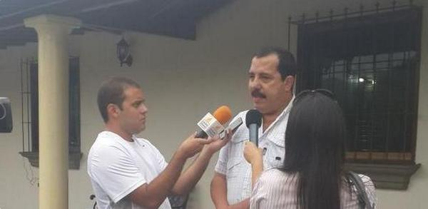 SuNoticiero (@SuNoticiero): Doctor Ángel Sarmiento se reúne con abogados por amenazas de gobernador Tareck El Aissami  http://t.co/CJWVan5Z21 http://t.co/tB5mdt17rX