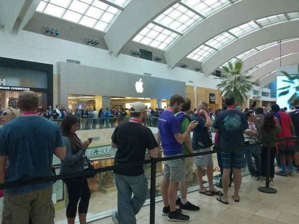 Impressive turnout for the new @MicrosoftStore in Canoga Park, CA. Just outside the Apple store. http://t.co/loQQy61OOi