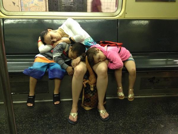ニューヨーク地下鉄シリーズだと、前にみたので、疲れきったほのぼの爆睡家族も。突き刺さってる恐竜がツボ。自然史博物館帰り、かな? http://t.co/eQK0VeIaUe