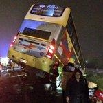 [ESTÁ PASANDO] Bus de la empresa Jet Sur se vio implicado en colisión con dos camiones, 20 lesionados aprox #Curicó. http://t.co/oBLTFTq8HV